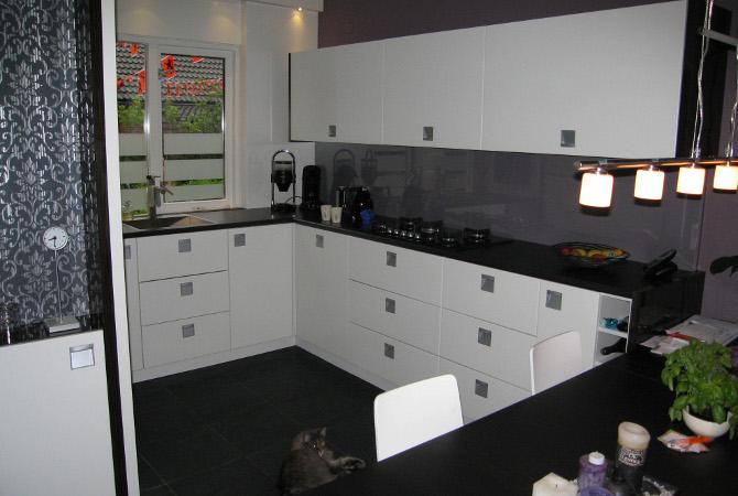 Keuken Op Maat Laten Maken Kosten : Strak vorm gegeven leefkeuken voorzien van bovenkasten met liftdeuren