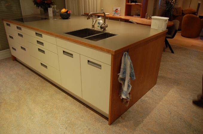 Keuken Op Maat Laten Maken Kosten : Klassiek eiland, modern vormgegeven en voorzien van moderne rvs