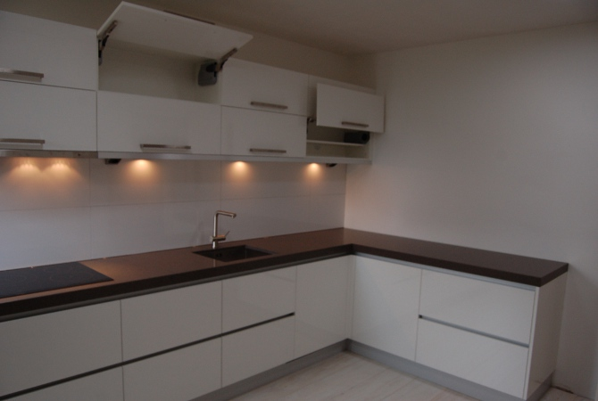 Keuken Op Maat Laten Maken Kosten : Moderne keuken voorzien van composiet aanrechtblad en strakke